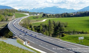 Միակողմանի փակ է Երեւան-Մեղրի ճանապարհի մոտ 200 մ հատվածը. Փակ է նաեւ Վանաձոր-Ալավերդի-Վրաստան ճանապարհը