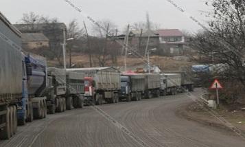 Более 300 грузовиков застряли на дороге Тбилиси-Гудаури
